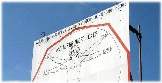 Mit großen Schildern fordern die Enteigneten ihr Mauergrundstück zurück. Der Bau der Mauer in Berlin führte dazu, dass zahlreiche Grundstücksbesitzer enteignet wurden. Bilder der Mauer im Bilderbuch.