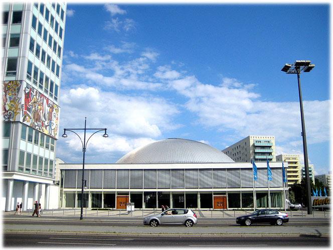 Bild von der Kongresshalle am Alexanderplatz. Rechts auf dem Foto sieht man eine DDR-Laterne, die noch immer funktioniert. Das Bilderbuch zeigt Fotos aus der Geschichte der Hauptstadt der DDR.