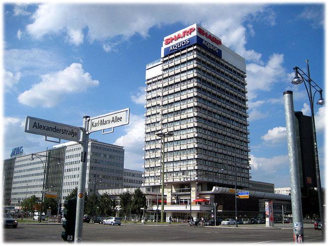 Bild vom Haus des Reisens am Alexanderplatz in Berlin. Das Foto zeigt das Haus, in dem jetzt der Club Weekend untergebracht ist. Dieser Technoclub ist vor allem bei Touristen und Spaniern beliebt.