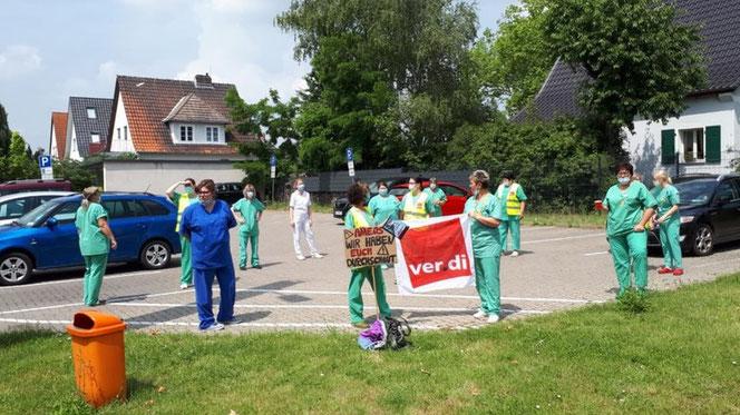 """Foto: ver.di (Beschäftigte von Ameos protestieren mit einer """"aktiven Mittagspause"""" gegen das Vorgehen des Konzerns)"""