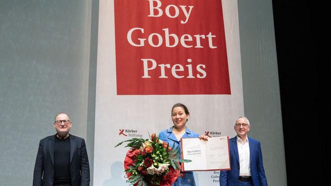 Die Preisträgerin Josefine Israel mit Burghart Klaußner (l.) und Dr. Lothar Dittmer (Foto: Krafft Angerer)