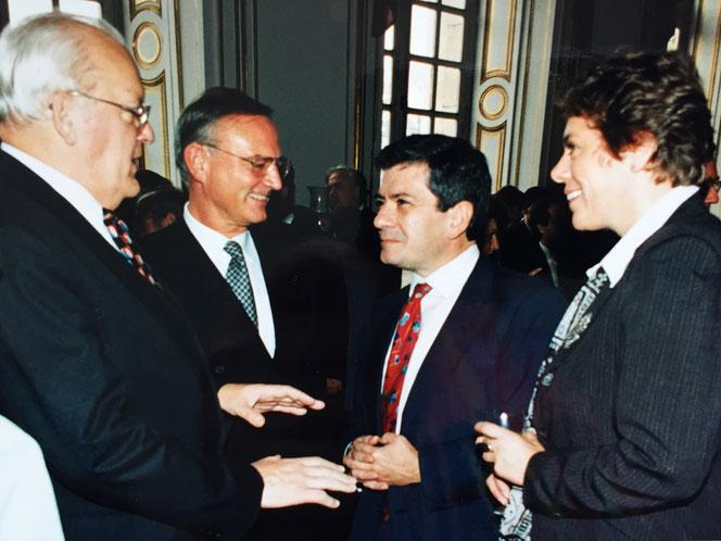 Bundespräsident Roman Herzog, EP Präsidenten Klaus Hänsch und Vorgänger Enrique Baron, Lissy Gröner MEP im Straßburger Schloß Rohan, Oktober 1995