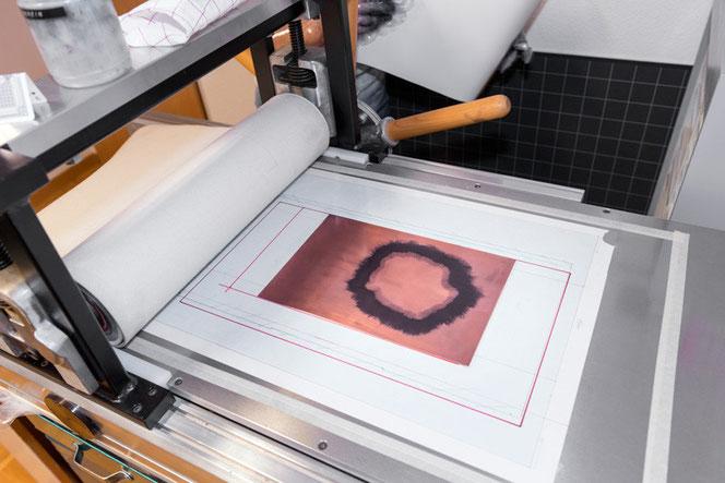 Eliana Bürgin   Druckpresse, Plattengrösse 520 x 1000 mm, Walzendurchmesser oben 110 mm, unten 80mm, Gewicht 120 kg. Hersteller: Güdel AG, Langenthal, Schweiz.