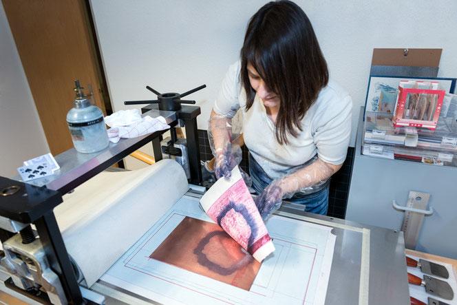 Eliana Bürgin   Druckwerkstatt - Abnehmen des Zustandsdruckes von der Kupferplatte einer Mezzotintoarbeit.