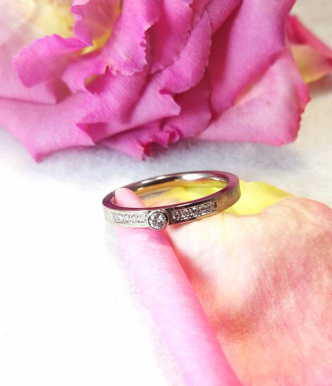 Alltagstauglich und trotzdem Bildschön!  Verlobungsring mit Brillant die in der Sonne um die Wette glitzern dürfen und 585/000 Weißgold.