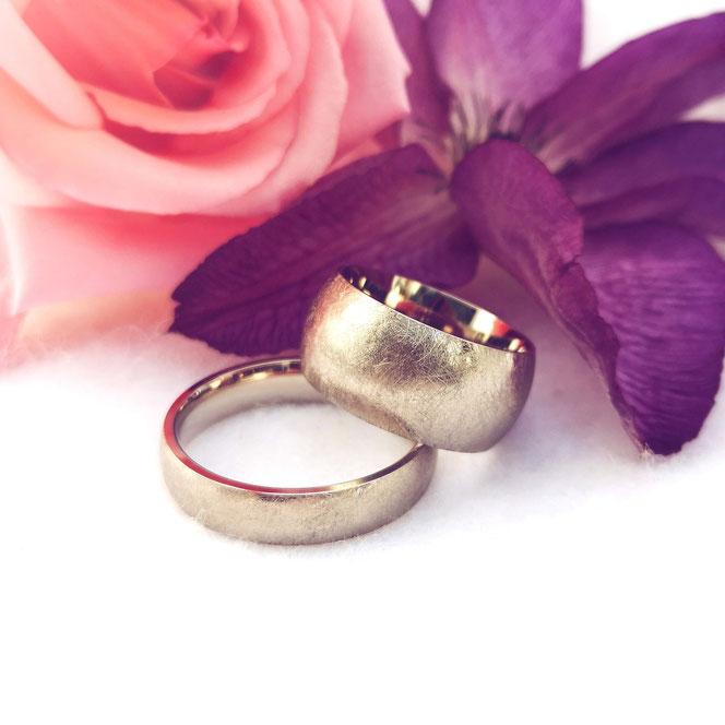 Darfst erwas mehr sein? Die Dame hat viel Erfahrung mit breiten Ringen und wünschte sich daher auch einen schön breiten Ehering 🙃. Der Gatte bekommt das Modell *Handschmeichler *. Gefärtigt in 585 Weißgold