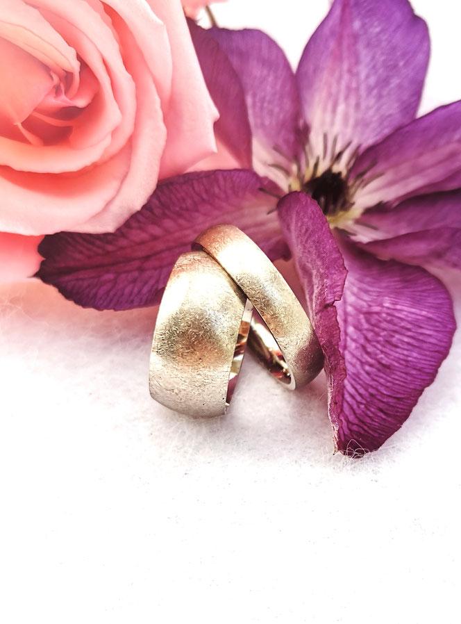 """""""Wenn ich diesen tollen Mann heiraten darf, dann darf das auch jeder sehen."""" das waren die Worte meiner Kundin, die diesen schönen Großen Ring haben wollte. der Herr hat dafür einen schmalleren , der sich trägt wie ein Handschmeichler. beide in 585/000 WG"""
