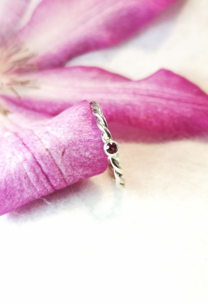 Ein Verlobungsring muss nicht immer teuer sein, hier in Silber mit Turmalin. Später kann auch dieser zarte Ring schön an besonderen Tagen als Vorsteckring getragen werden.