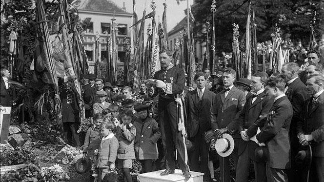 Burgemeester Dessain bij de inhuldiging van het oorlogsmonument in het bijzijn van nog zeer talrijke vaandels, Mechelen, 1942 (Stadsarchief Mechelen)