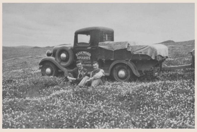 向かって右:はちみつを運ぶトラックにもたれる、アルビー・ピアソンの息子・バート 1930年代(推定)