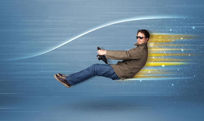 Mann mit Lenkrad beim Autofahren