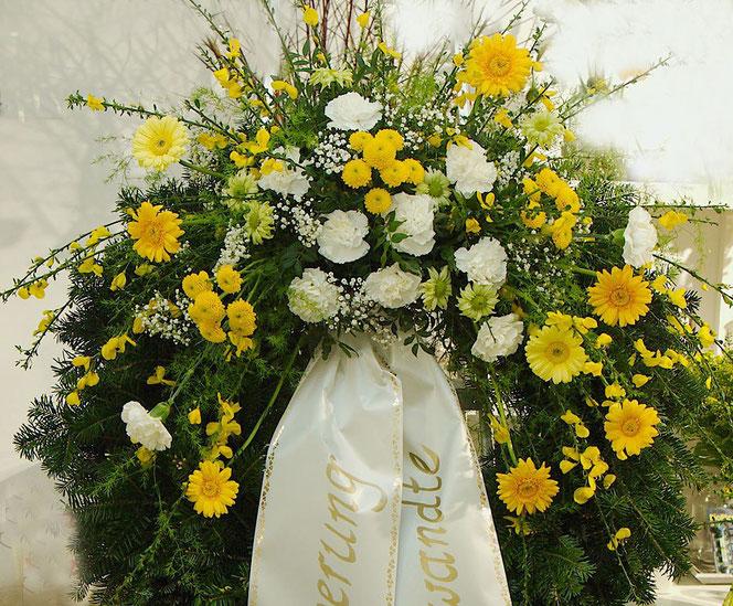 Trauerfloristik Kranz gelb weiß