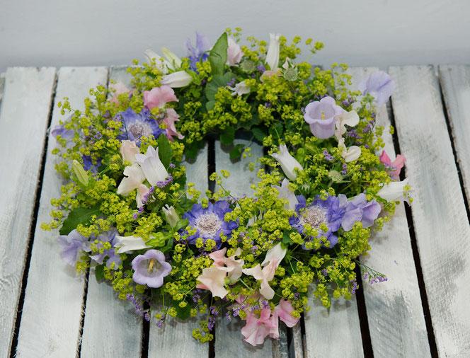 Blumenkranz Scabiosen, Glockenblumen, Frauenmantel Veranstaltungsdekoration Wien
