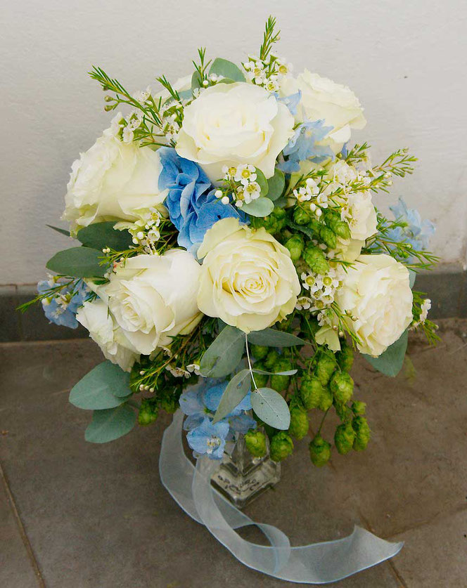 wedding bouquet in vintag style with roses, eucalyptus and hop