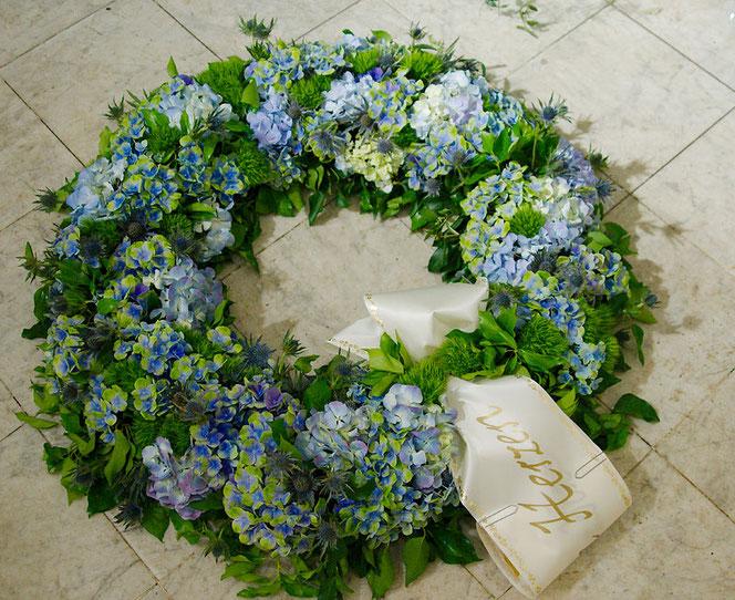Trauerfloristik Kranz Blaue Hortensien für Begräbnis Wien