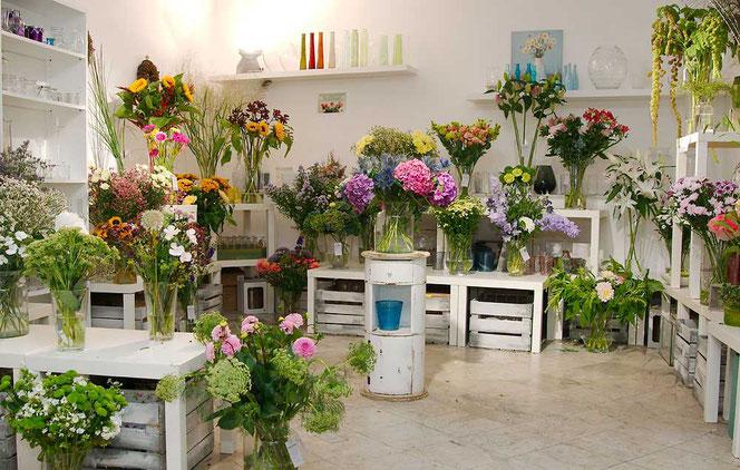 Große Auswahl an Schnittblumen, wir bekommen täglich frische Lieferung von Blumen
