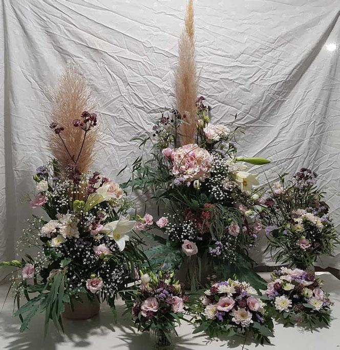 Blumendekoration mit Pampasgras