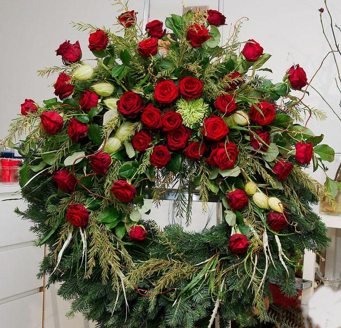 Kranz mit roten Rosen für Begräbnis Wien