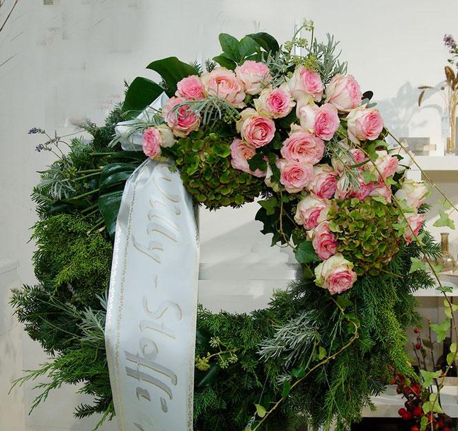 Trauerfloristik Kranz mit Ecuadorrosen für Begräbnis Wien