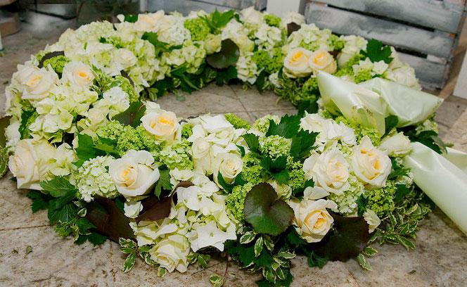 Trauerfloristik Kranz Rosen Hortensien Beerdigung Wien