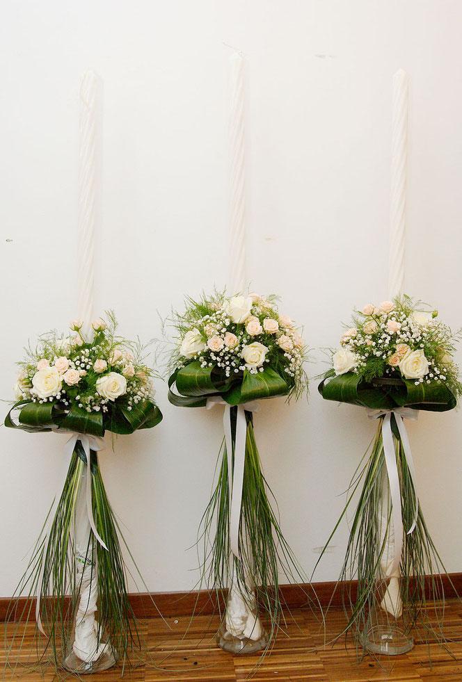 Blumendeko für Hochzeitskerzen