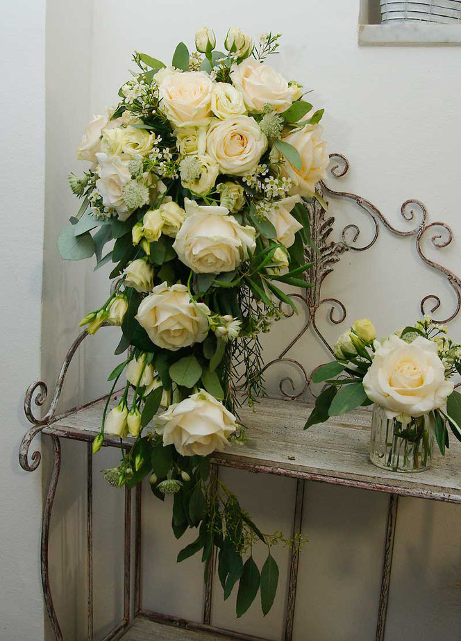 Bridal bouquet in cascade style for about 95,- EUR and small table decoration