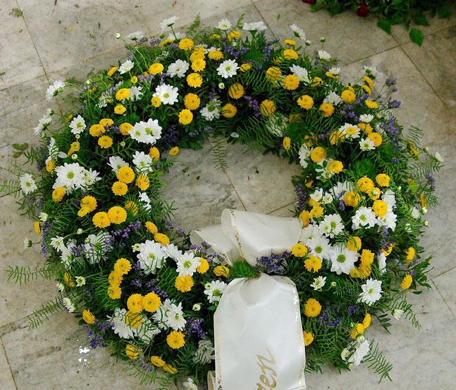 Trauerfloristik Kranz mit Frühlingsblumen für Begräbnis Wien