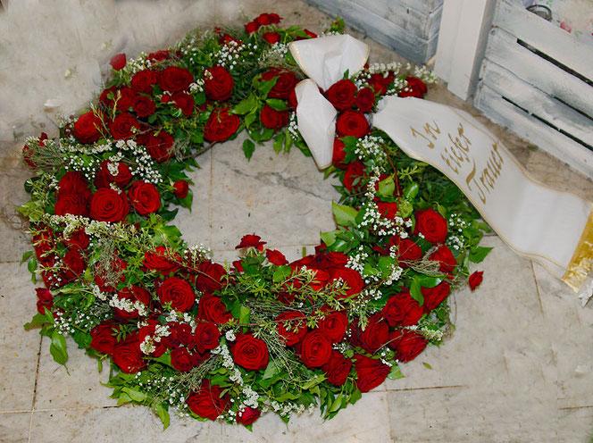 Trauerfloristik Trauerkranz rote Rosen