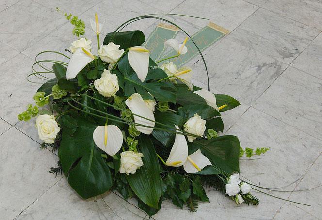 Bukett mit weißen Rosen und Anthurien für Begräbnis Wien