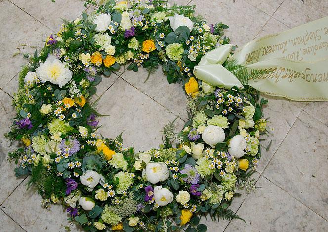Kranz mit Frühlingsblumen für Beerdigung Wien