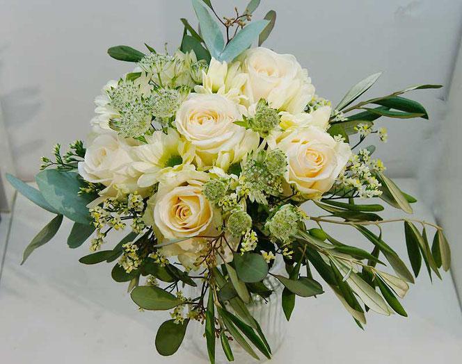 Blumenstrauß Wien mit cremefarbenen Rosen, Eukalyptus und Olivenzweigen