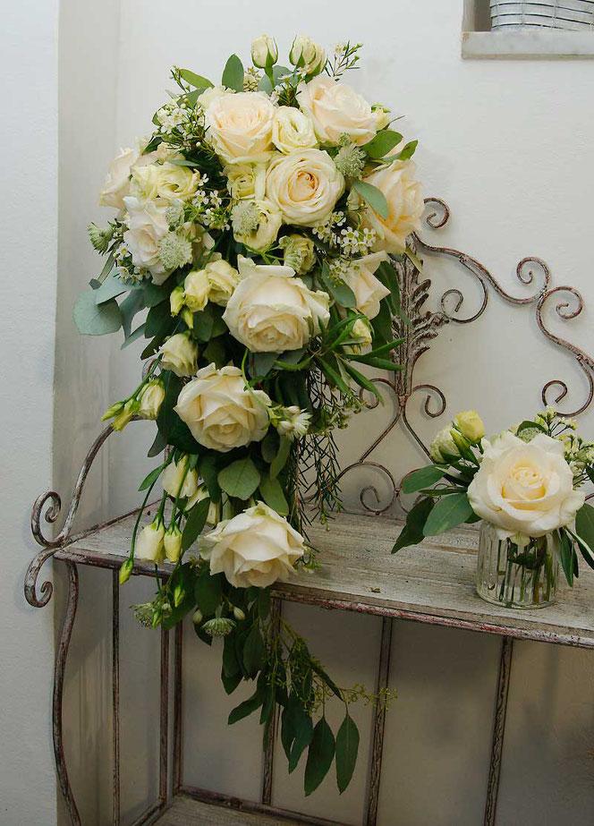 Brautstrauß im Vintage Stil Wasserfall mit passender Tischdeko
