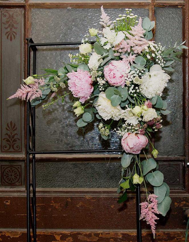 Blumendeko Hochzeit Wien bestellen Trauungsbogen