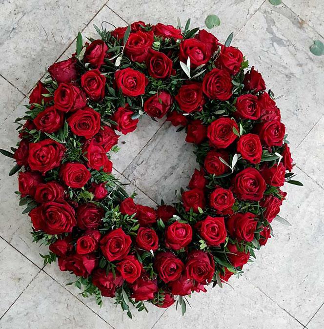 Kranz mit roten Rosen in Wien bestellen