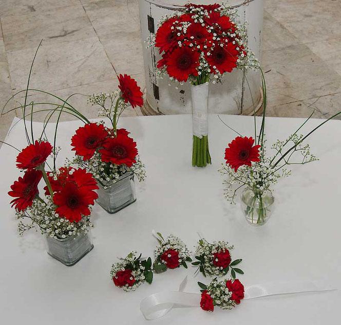 Brautstrauss, Tischdeko, Anstecker und Armband in rot - weiß in Wien bestellen