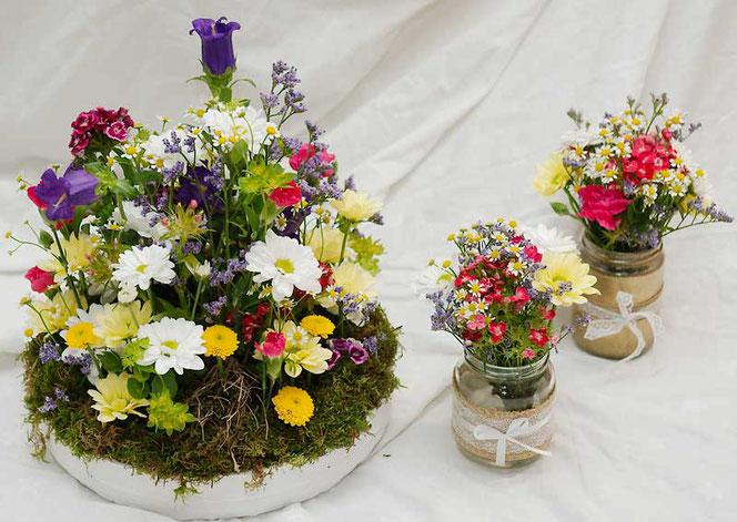 Blumendeko naturnah mit Moos und Wiesenblumen für Hochzeit