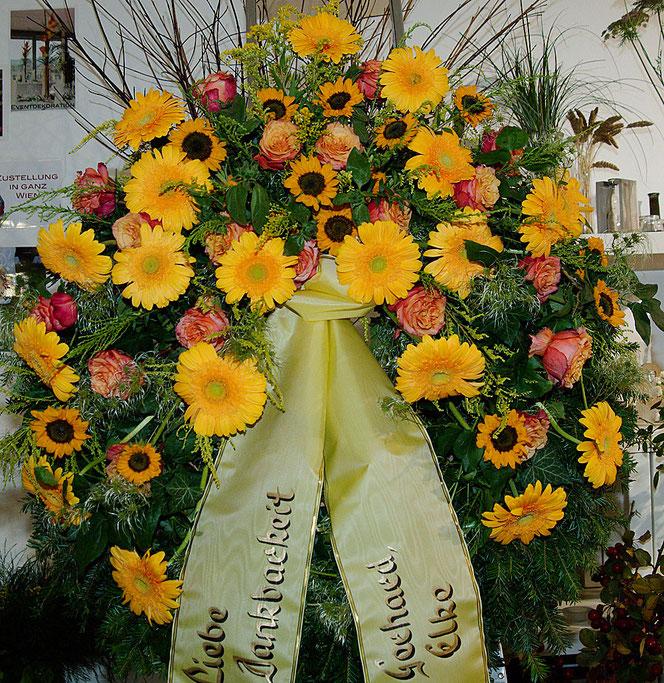 Kranz mit Sonnenblumen, Gerbera und Rosen
