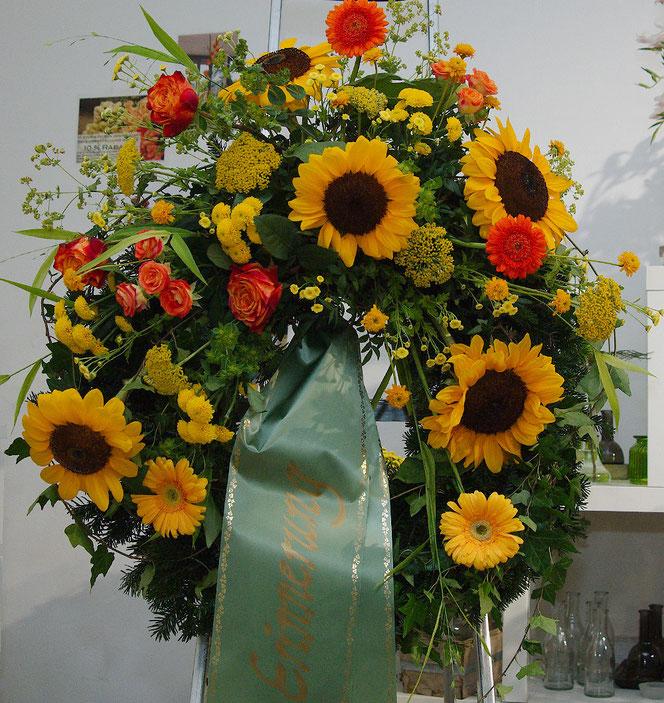 Reisigkranz mit Sonnenblumen, Rosen und Gerbera