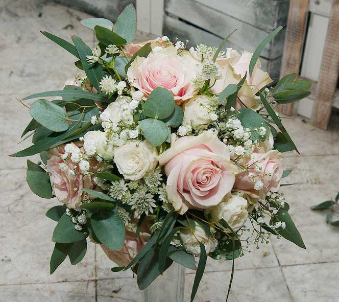 Brautstrauss im Vintage Look mit Rosen und Eukalyptus