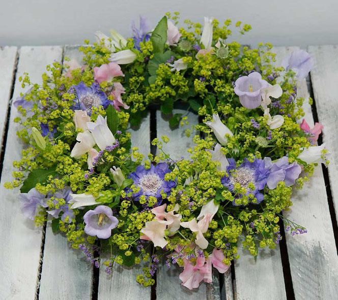 Blumenkranz als Tischdeko