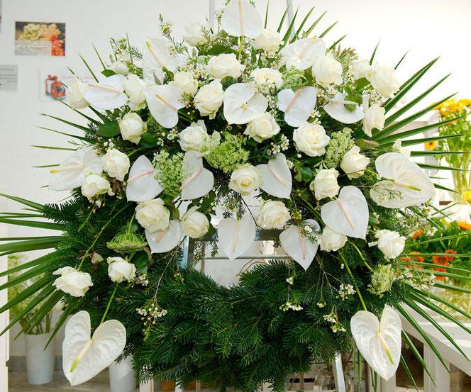 Kranz mit Anthurium und Rosen in weiß