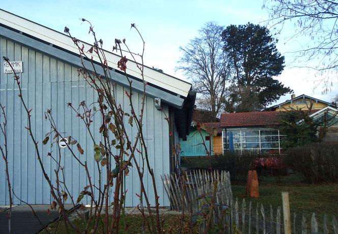 Das Bootshaus im Vordergrund, dann das Atelier; der gelbe Giebel im Hintergrund ist das denkmalgeschützte Wohnhaus