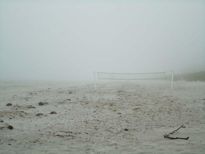 Strand Insel Hiddensee - Beachball im Nebel
