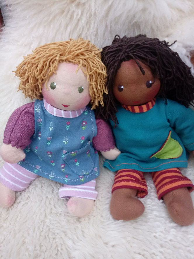 Bio-Stoffpuppe, Waldorfart, handgemachte Puppe, ökologische Kinderpuppe, individuelle Puppe, Puppe nach Wunsch, Wunschpuppe, afrikanische Puppe, dunkelhäutige Stoffpuppe, afroamerikanisch, Puppe mit Muttermal, Leberfleck, Feuermal, Diversität, Schlamperle
