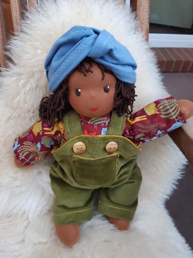 Bio-Stoffpuppe, individuelle Puppe passend zum Kind, Waldorfart, schwarze Puppe, Empowerment, genderneutral, Erziehung, Wunschpuppe, ökologische Kinderpuppe, bio-fair, ökofairliebt, vorurteilsfrei, Naturmaterial, Puppenhandwerk, erste Puppe, Schlamperle