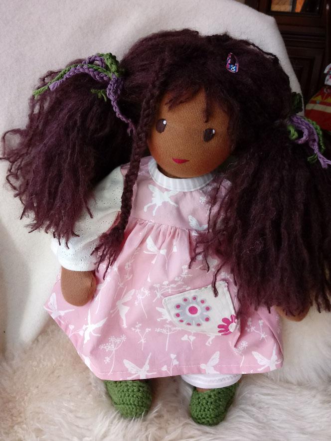 Bio-Stoffpuppe, dunkelhäutige Stoffpuppe, afrikanische Puppe, dunke Puppe, afro-amerikanische Stoffpuppe, handgemachte Puppe, handgefertigt, Puppenhandwerk, Puppe nach Wunsch, individuelle Wunschpuppe passend zum Kind, ökologische Kinderpuppe, Waldorfart