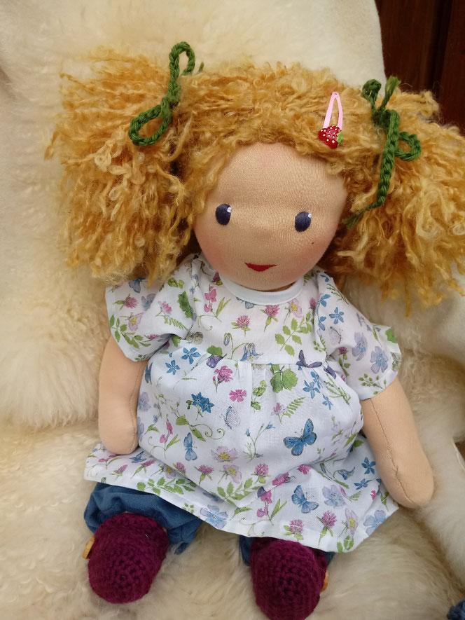 Bio-Stoffpuppe, handgemachte Puppe, handgefertigt, Puppenhandwerk, Waldorfart, ökologische Kinderpuppe, Wunschpuppe, individuelle Puppe, Puppe passend zum Kind, Puppenfreundin, Naturmaterial, bio-fair, ökofairliebt, Puppe mit Leberfleck