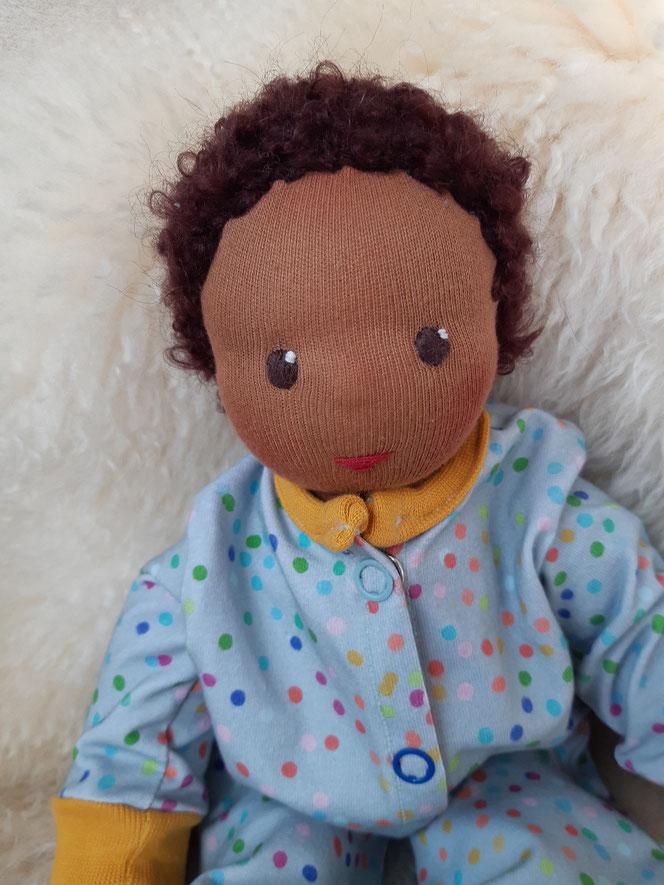 Bio-Stoffpuppe, individuelle Puppe passend zum Kind, Waldorfart, schwarze Puppe, Empowerment, genderneutral, Erziehung, Wunschpuppe, ökologische Kinderpuppe, bio-fair, ökofairliebt, handgemacht, Naturmaterial, Puppenhandwerk, Diversity, afrikanische