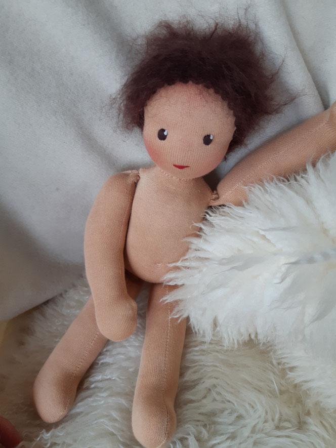 Bio-Stoffpuppe, individuelle Puppe passend zum Kind, Waldorfart, genderneutrale Puppe, unisex, Wunschpuppe, ökologische Kinderpuppe, bio-fair, ökofairliebt, Selbstakzeptanz, Naturmaterial, Puppenhandwerk, Achtsamkeit, nachhaltiges Spielzeug, plastikfrei