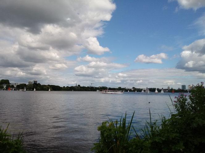 In Hamburg an der Außenalster am einzigen sonnigen Tag dieser Woche mit einer lieben Bekannten (das war Timing!)